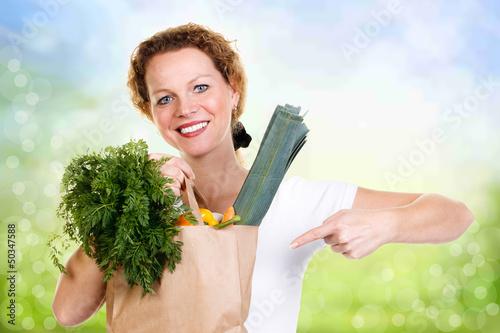 hausfrau zeigt auf ihre lebensmittel