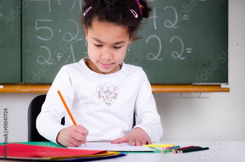 konzentrierte schülerin malt ein bild