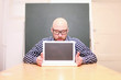 Mann präsentiert Laptop