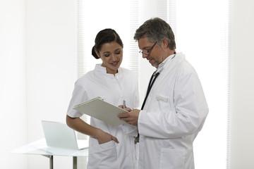 Arzt und Assistentin