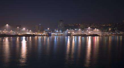 Vista notturna partenza traghetti nel porto di Genova
