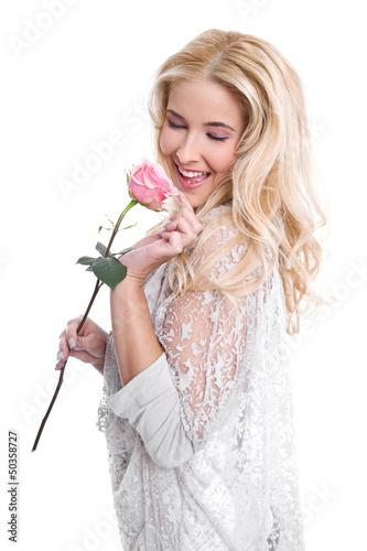 Junges verliebtes Mädchen mit einer Rose in der Hand