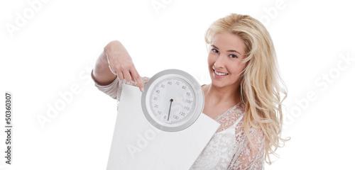 Junge Frau mit einer Waage in der Hand - isoliert - Blondine