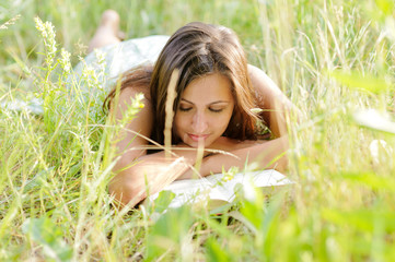woman read book in the park