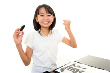 書道を楽しむ女の子
