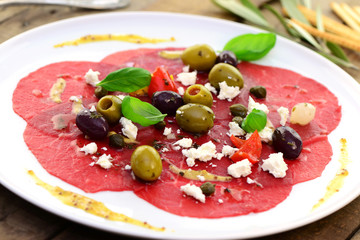 Rindercarpaccio mit Oliven