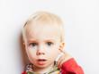 Kind mit Ohrenschmerzen hat Mittelohrentzündung