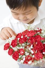 花束を見る子供