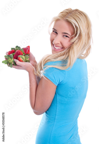 Junge blonde Frau mit Erdbeeren in der Hand - isoliert