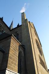 Weisser Rauch aus einer Kirche
