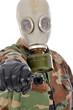 Mann in Armeeuniform und Gasmaske zeigt