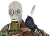 Soldat mit Gasmaske hält Messer