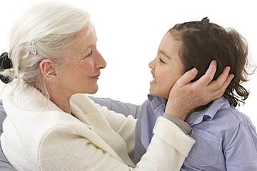 Enfant avec sa mamie - Affection