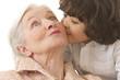 Garçonnet embrassant sa grand mère