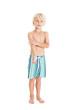 Кудрявый мальчик блондин в плавательных шортах