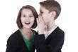 Kinder flüstern sich ein Geheimnis ins Ohr