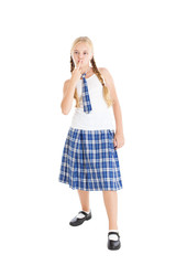 Девочка в школьной форме, целует средний палец