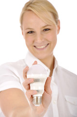Junge Frau mit LED-Leuchtmittel