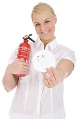 Junge Frau mit Rauchmelder und Feuerlöscher