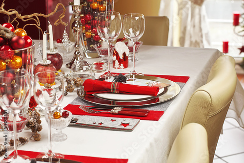 Weihnachtlich gedeckte Festtagstafel - 50380703