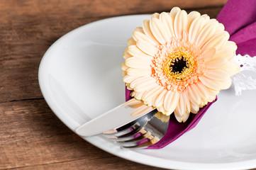 Teller mit Besteck und Blume