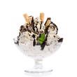 Eisbecher mit Stracciatella, Schokolade und Minze