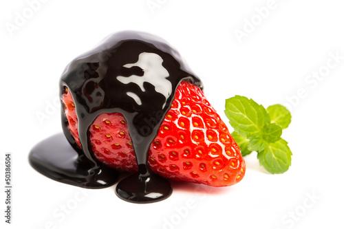 Erdbeere in Schokoladensoße und Minze