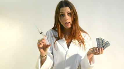 enfermera con aguja hipodermica y pastillas