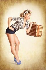 Pin-up Girl mit Picknickkoffer