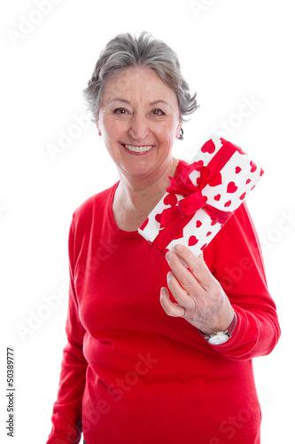 Großmutter mit einem Geschenk zum Muttertag
