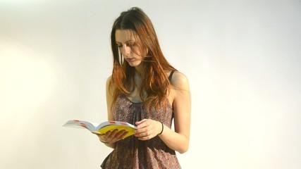 mujer joven leyendo