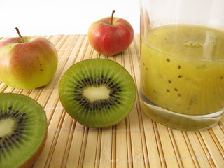 Grüner Smoothie mit Kiwi und Apfel