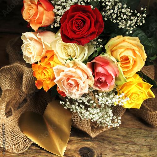 bunter Strauss Rosen mit goldenem Herz