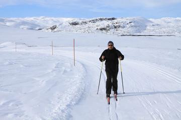 Männliche Person beim aktiven Wintersport