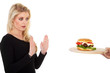 Hübsche junge Frau lehnt bei Diät Hamburger ab