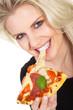 Junge blonde Frau isst Pizza und lacht
