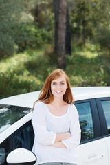 junge frau mit ihrem neuen auto