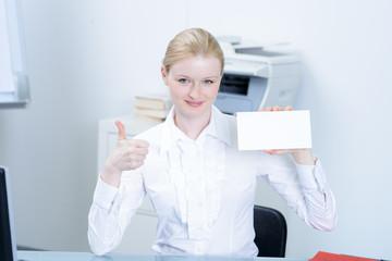 erfolgreiche businessfrau mit hinweisschild
