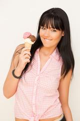 Junge Frau mit Eistüte mit 3 Kugeln Eis
