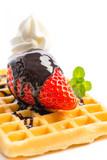 Erdbeere mit Schokoladensoße, Waffel, Sahne und Minze