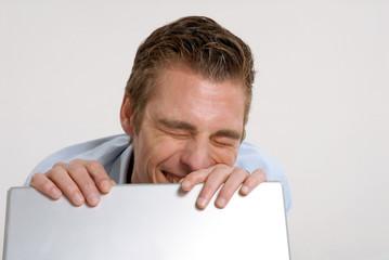 Joven ejecutivo trabajando en un ordenador,computadora