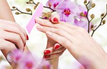 Delikatna pielęgnacja paznokci w salonie kosmetycznym
