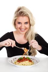 Junge blonde Frau isst Spaghetti und lacht süß