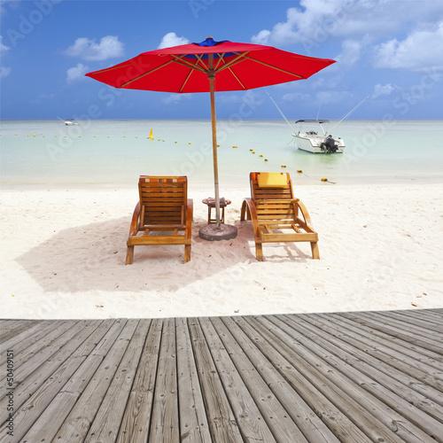 terrasse de promenade sur plage de sable blanc