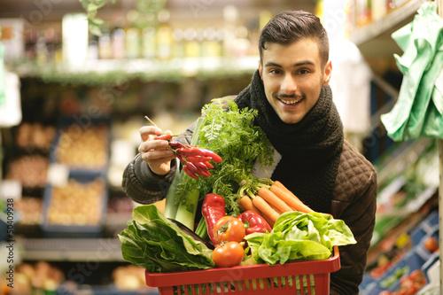 Junge im Supermarkt