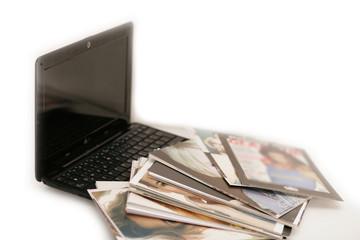 Laptop mit Fotostapel