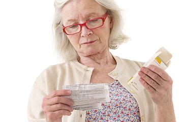 Femme lisant la notice du médicament