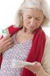 Femme lisant la notice d'un médicament