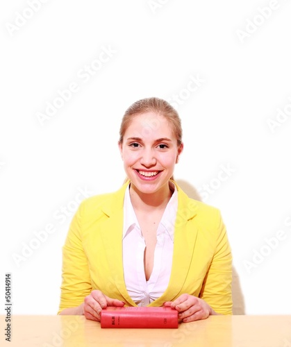 junge Frau mit Gesetzbuch