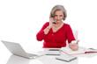 Frau gestresst im Büro in Rot und Weiß isoliert